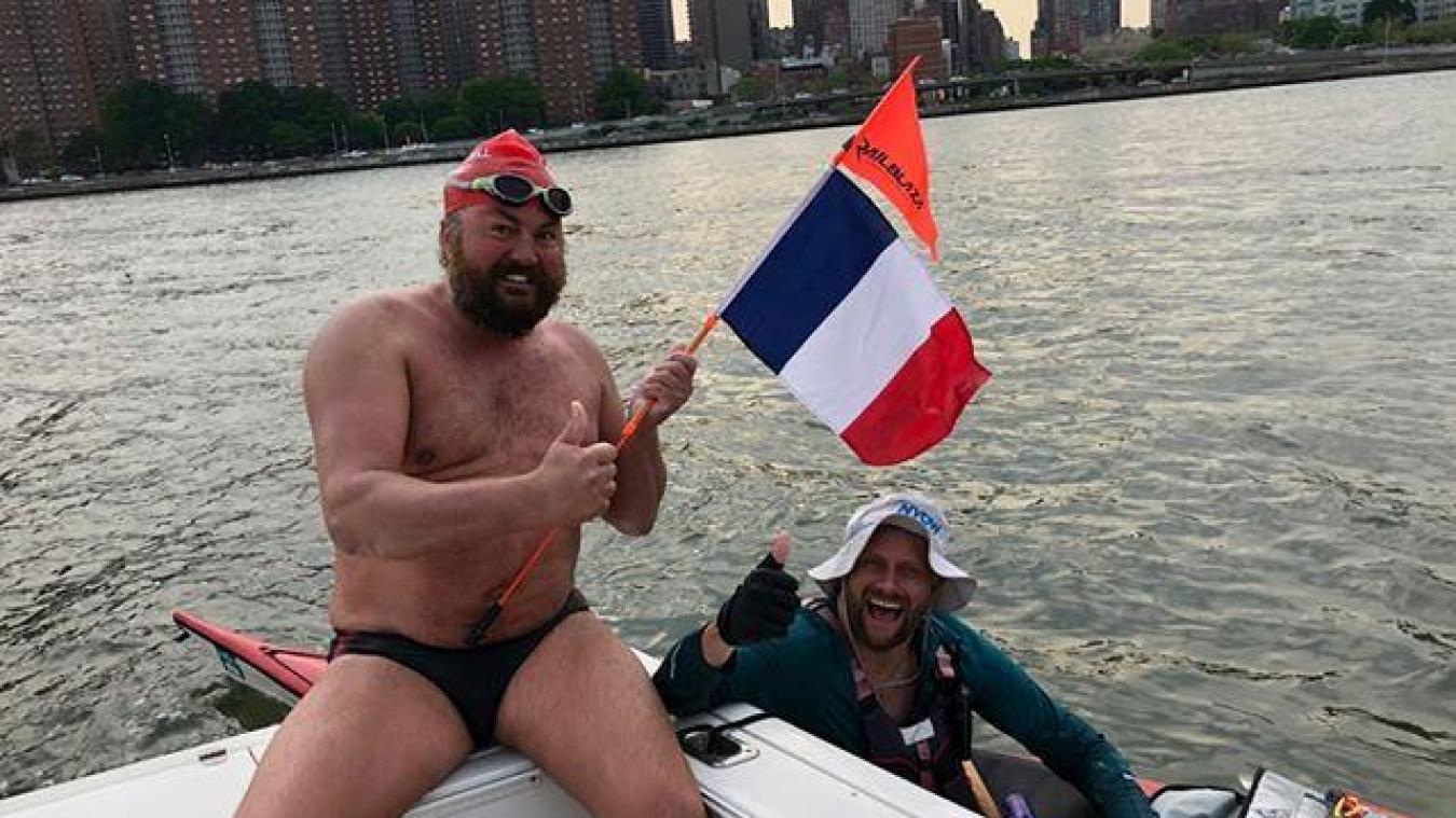 Steve pose avec son acolyte kayakiste, le drapeau français à la main.