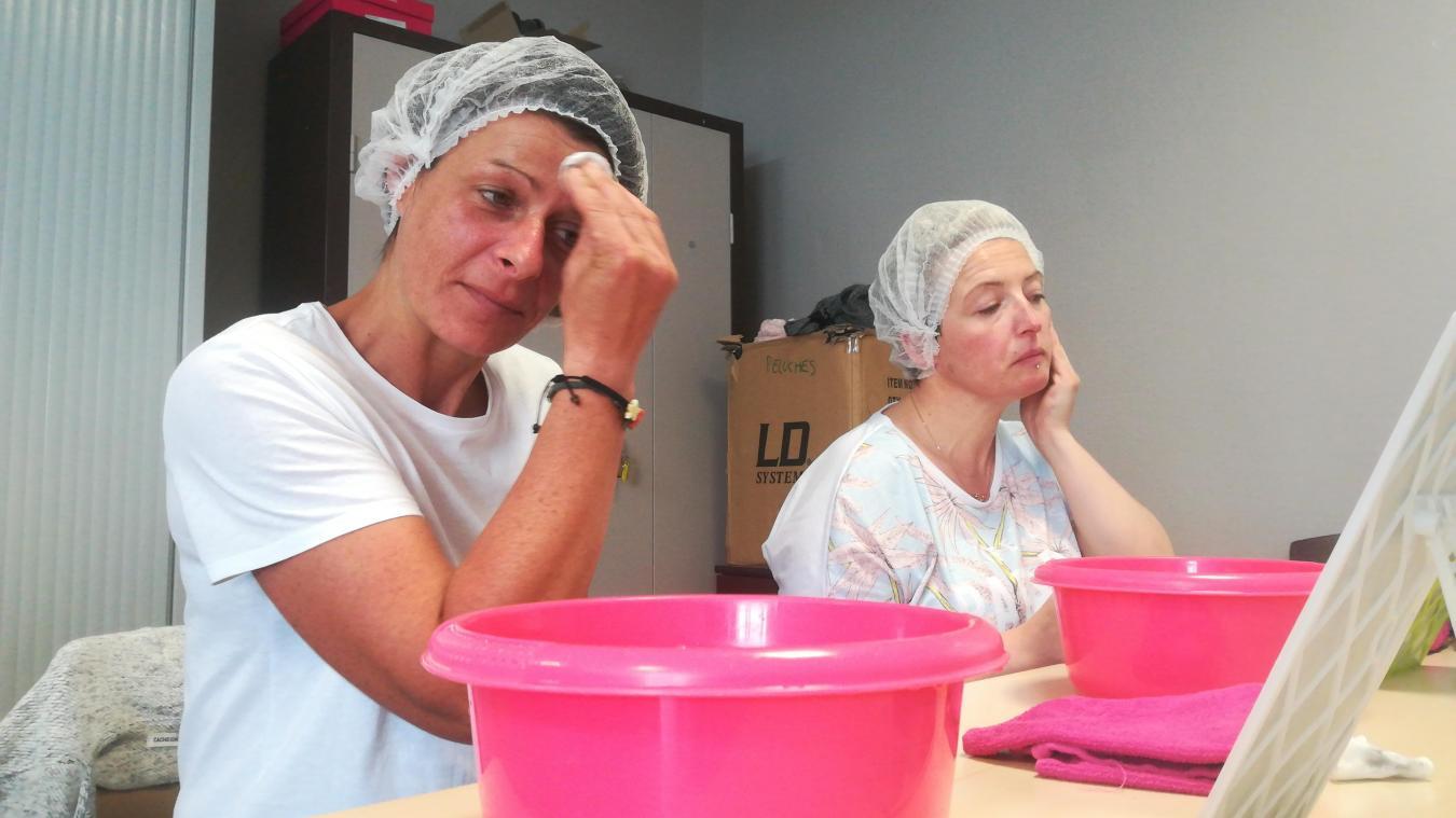 Deux femmes se nettoient le visage à l'aide d'un coton, une charlotte sur la tête, une bassine sous le menton et un miroir à pied en face d'elles.